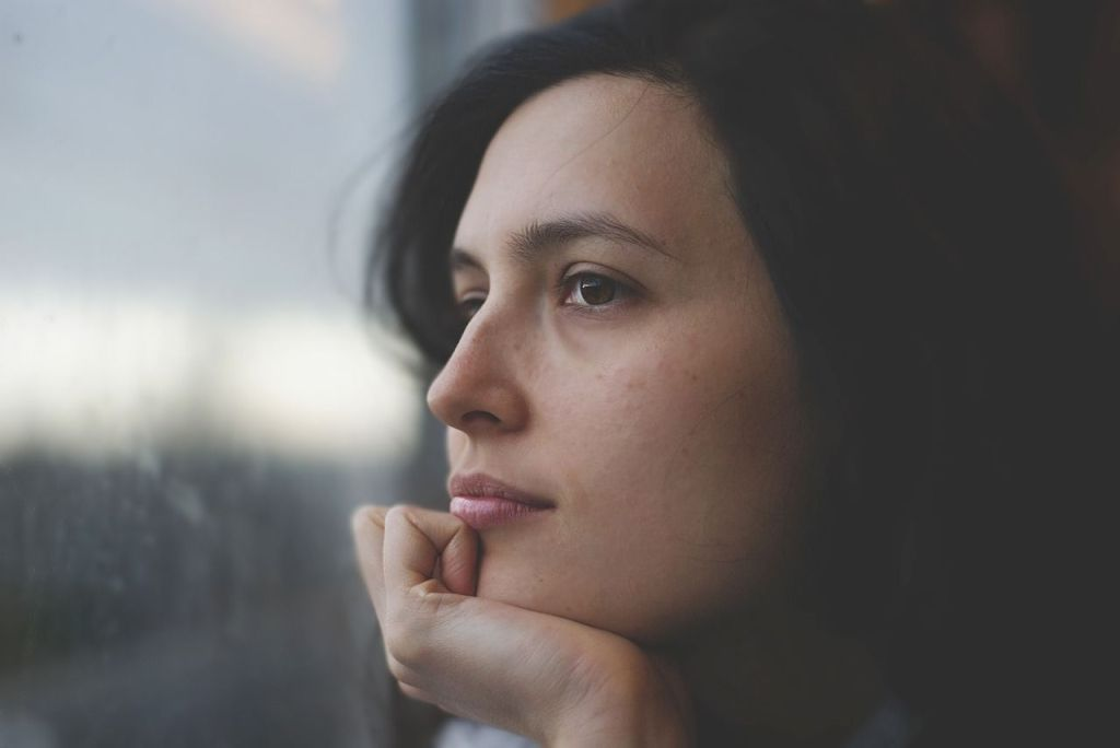 Mujer reflexiva.
