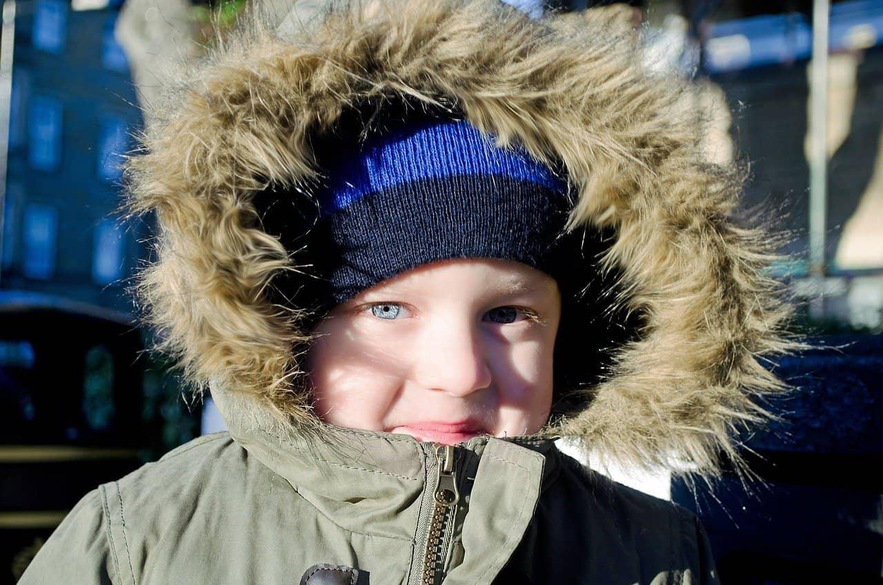 Niño con anorak