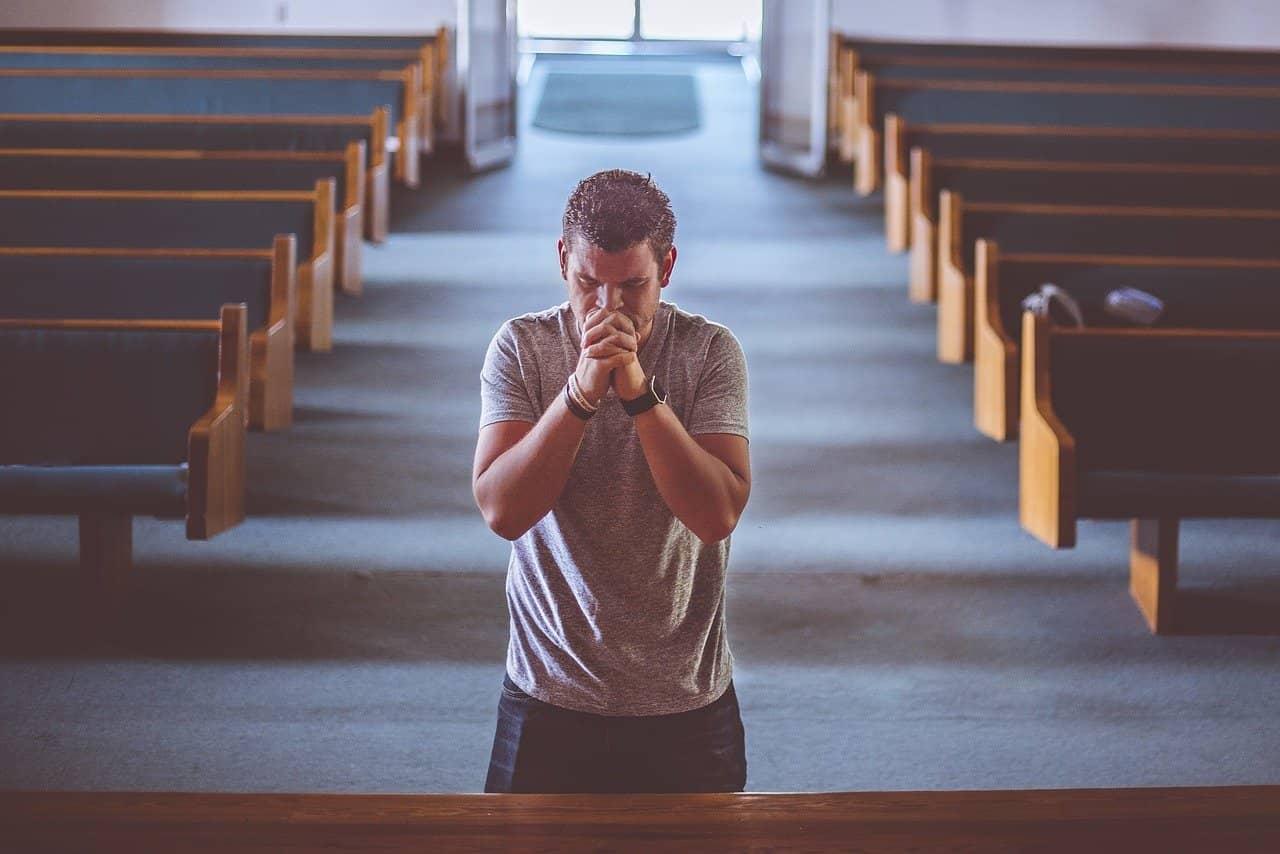 Hombre rezando.